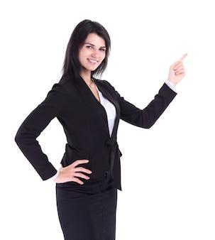 공간 복사를 가리키는 성공적인 비즈니스 여자. 흰 벽에 절연