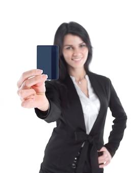 흰색 배경에 그녀의 신용 카드 .isolated를 보여주는 성공적인 비즈니스 우먼