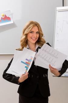 성공적인 비즈니스 우먼은 비즈니스 우먼이 프로젝트를 광고한다고 가르친다