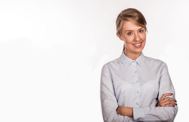 Donna d'affari di successo con le braccia incrociate - isolato sopra whit