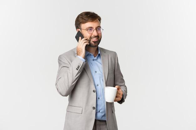 성공적인 사업가 안경, 커피를 마시고 전화 통화