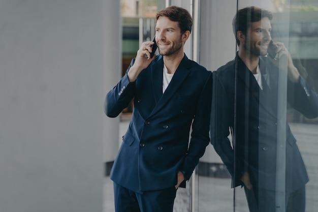Успешный бизнесмен имеет деловой разговор, консультируется с клиентом