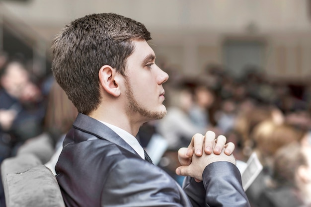 成功したビジネスマンは、会議室に座ってレポートを聞きます。