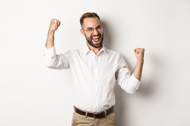 성공적인 사업가 기쁨, 손을 들고 승리를 축하하고, 뭔가를 이겼습니다.