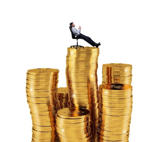 성공과 회사 성장의 돈 개념의 더미 위에 편안한 성공적인 사업가