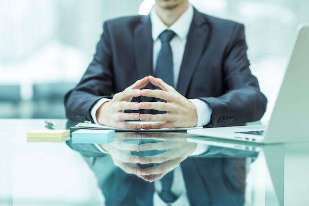 Успешный бизнесмен сидит за столом