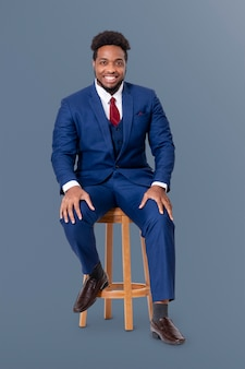 Imprenditore di successo seduto su uno sgabello di legno lavori e campagna di carriera