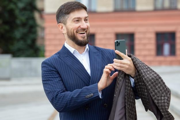 성공적인 사업가는 휴대폰으로 사진을 찍는다