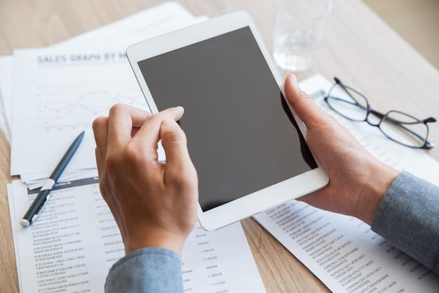 Imprenditore di successo con touchpad in ufficio