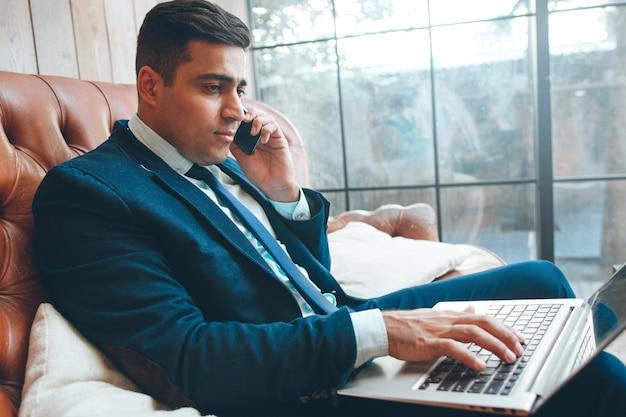 オフィスで働く成功した実業家