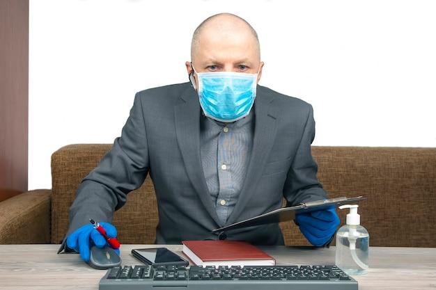 Успешный бизнесмен работает в домашнем офисе во время карантина из-за коронавируса. работа фрилансером онлайн.