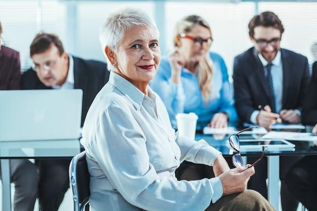 オフィスの職場で成功した実業家。ビジネスの女性