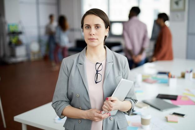 Успешная деловая женщина позирует в офисе