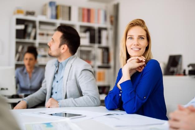 Успешный генеральный директор бизнесвумен, работающий с сотрудниками