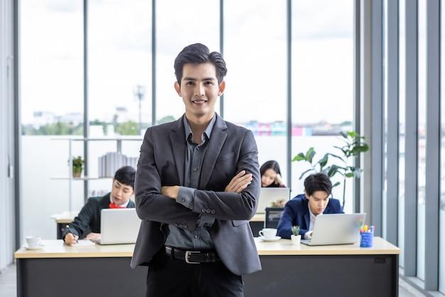 성공적인 회사, 젊은 아시아 사업가가 행복한 직원들과 파트너 관계를 맺고 사무실 회의실에서 다양한 성별(lgbt)을 가진 아시아 사업가 그룹