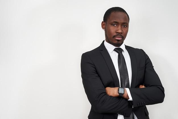 コピースペースと腕を組んで成功した自信を持ってアフリカ系アメリカ人のビジネスマン