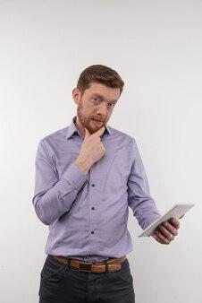 성공적인 기업가. 그의 태블릿을 들고 당신을보고 자신감 스마트 사업