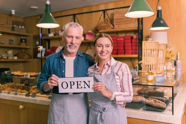 성공적인 기업가. 첫 번째 프랑스 빵집을 여는 행복을 느끼는 성공적인 기업가 부부
