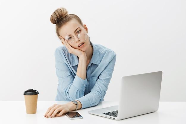 Imprenditore femminile di successo in camicia di colletto blu