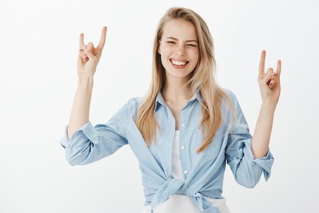 Успешная женщина-предприниматель в синей рубашке с воротником