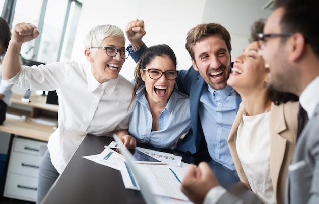 オフィスで働く人々の成功した幸せなビジネスグループ