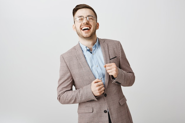 大声で笑ってスーツで成功した幸せなビジネスマン