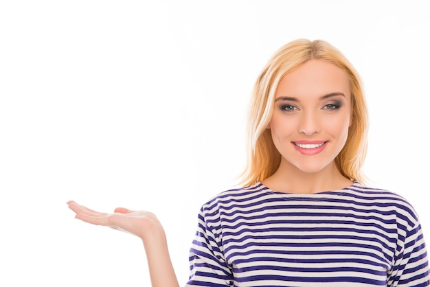 製品を示す縞模様のtシャツで成功した幸せな女性