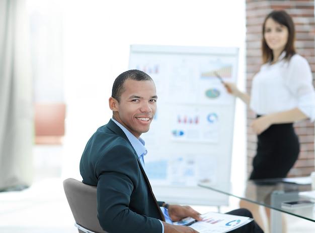 Успешный руководитель бизнес-проекта на рабочей встрече в офисе