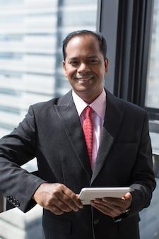 成功したインドのビジネスマン、デジタルタブレット
