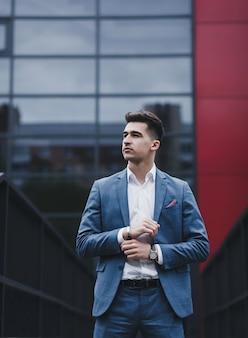 Успешный лидер - мужчина в костюме. молодой бизнесмен