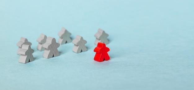 成功したリーダー、チームワーク、青の人々のシンボルの木製の数字で組織