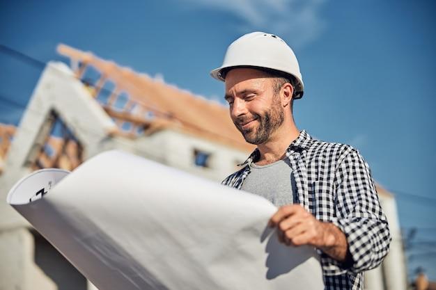 青写真を見て成功した男性建築家