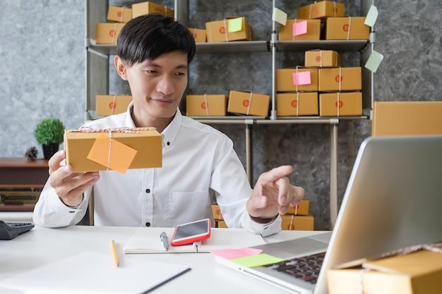 Успешный предприниматель-человек в бизнесе. молодой предприниматель-человек, работающий в домашнем офисе.
