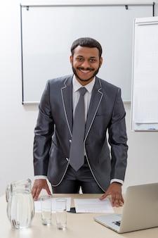 직장에서 그의 사무실 비즈니스 코치의 성공적인 관리자