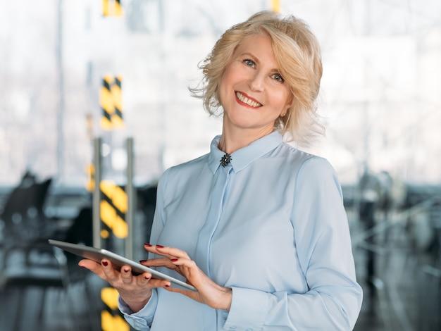 Успешная зрелая бизнес-леди. расширение прав и возможностей женщин