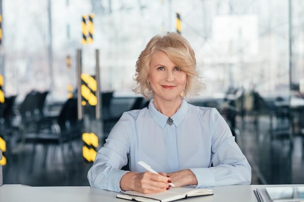 성공적인 성숙한 비즈니스 여성입니다. 여성 권한 부여