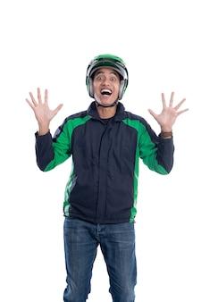 Успешный всадник моторного такси поднимает руку, изолированную на белом фоне