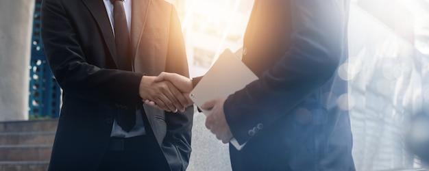 성공적인 협상과 성취 개념, 두 명의 사업가가 대화와 투자 거래 성공 후 악수