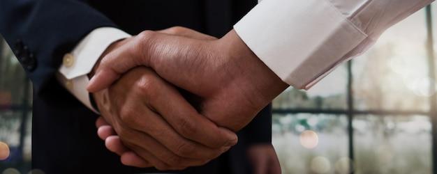 성공적인 협상 및 악수 개념, 두 사업가 축하 파트너십 및 팀워크, 비즈니스 거래 파트너와 악수