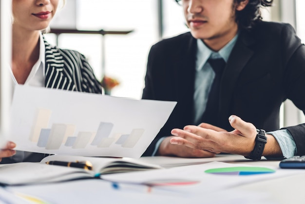 Успешный из двух случайных бизнес работает, обсуждая стратегию с documents.creative деловых людей, планирование и мозговой штурм в современном офисе. концепция совместной работы