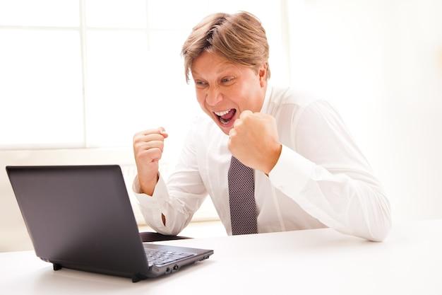 노트북으로 성공적인 온라인 비즈니스 남자 - 흰색 배경 위에 절연
