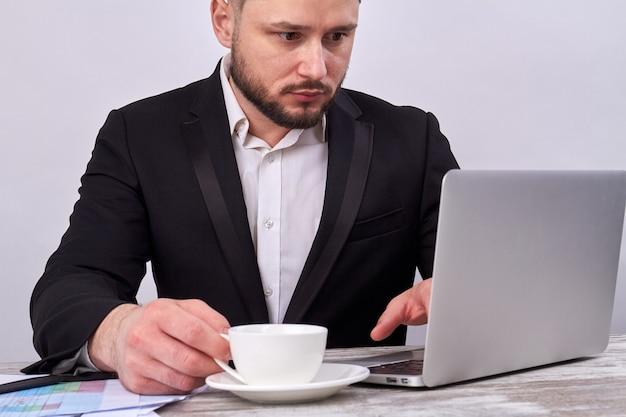 Успешный онлайн-трейдер с портативным компьютером