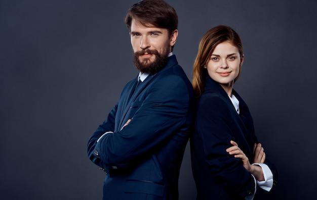 양복에 성공한 사람들은 회색 배경에 서로 등을 맞댄 서서 비즈니스 금융