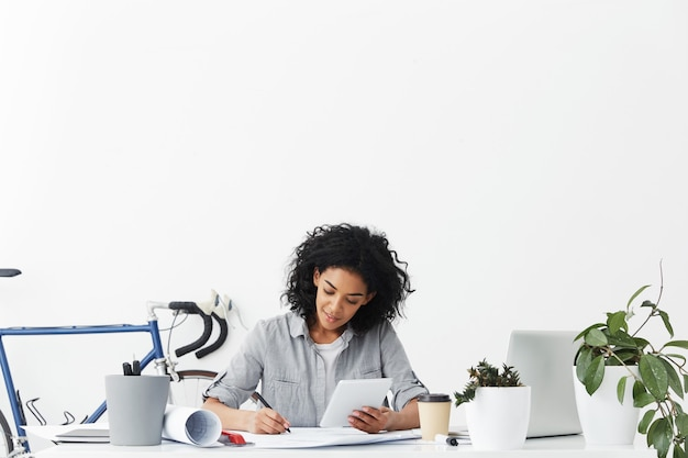 Успешный квалифицированный профессиональный инженер афро-американской женщины, работающий над строительным проектом
