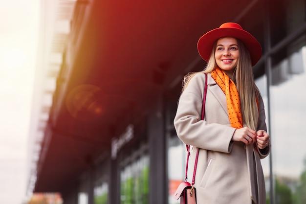 通りで働く途中で成功したスタイリッシュな女性。