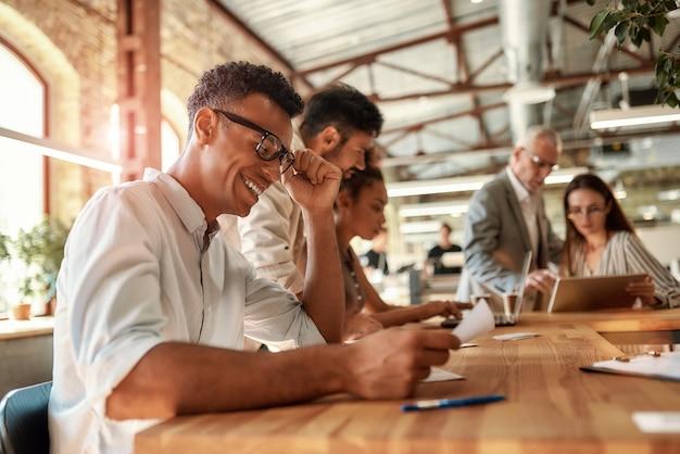 Успешная команда на работе группа деловых людей, работающих вместе и общающихся в современном