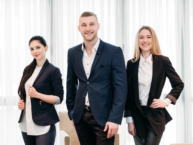 成功したチーム。ビジネスサメの概念。