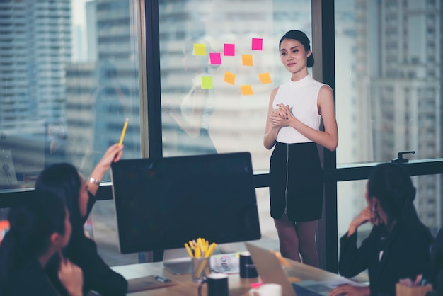 비공식 사내 비즈니스 미팅을 이끄는 성공적인 팀 리더 및 비즈니스 소유자.