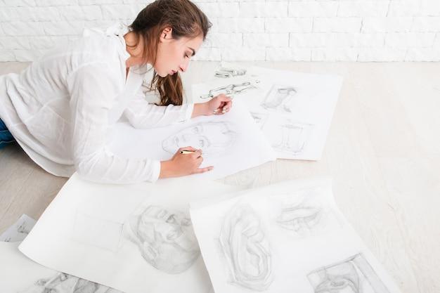 ワークショップで描く成功した女性アーティスト