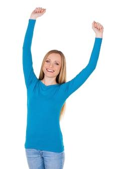 Успешная женщина. счастливая молодая женщина держит поднятыми руками и улыбается, стоя изолированной на белом